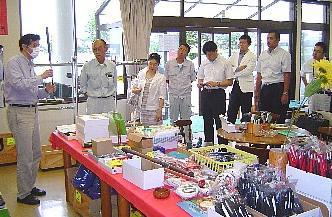 【09.07.29】 世界をめざす、小さなバット工場の挑戦 ~となみ野第2(南砺)グループ会で㈱ロンウッドを訪問 ~